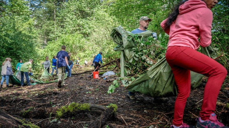 tahoma-jr-high-volunteering-at-ravensdale-park-and-cemetery-reach-natural-area_26677704805_o